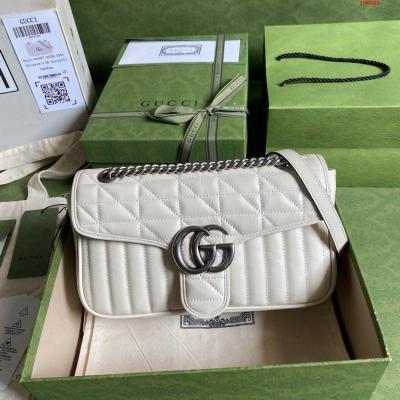 配全套原厂绿色包装 令人欲罢不能的美包你收了吗 GG Marmont系列 优雅精巧的设计可是俘获了不少少女的芳心 同时也是全球达人必备的百搭单品 超级赞 型号 443497 尺寸 26*15*7cm 颜色 白色 格子全皮