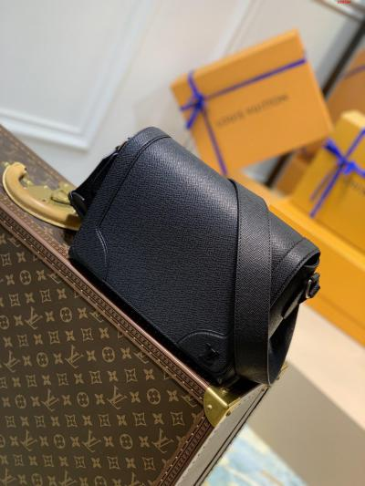 顶级M30807 黑色 全新 New Flap 邮差包拥有 Taga 压纹皮革的细腻质感 以加固边角唤起对路易威登制箱传统的记忆 金属 LV 标识再添品牌标志 贴合身形的设计和可调节肩带陪伴当代男士穿梭各式日间场合 尺寸 28.3 x 18.3 x 4.3 厘米