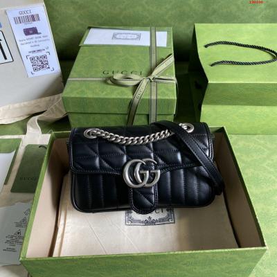 令人欲罢不能的美包你收了吗 GG Marmont系列 优雅精巧的设计可是俘获了不少少女的芳心 同时也是全球达人必备的百搭单品 超级赞 型号 446744 尺寸 23*14*6cm 颜色 黑色 格子全皮