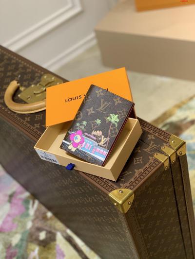 圣诞系列 护照夹M80887 护照  2021圣诞限定款护照套取材 Monogram 帆布 展现路易威登吉祥物 Vivienne 融合 LV 字母和 Monogram 花卉等经典元素 成就节日馈赠佳选  尺寸:10.0 x 14.0 x 2.5 厘米