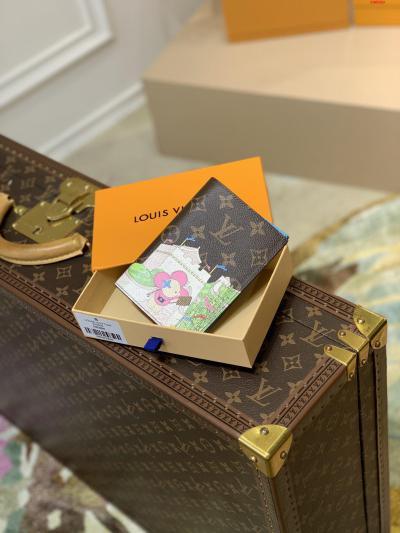 圣诞系列 护照夹M80886 护照  2021圣诞限定款护照套取材 Monogram 帆布 展现路易威登吉祥物 Vivienne 融合 LV 字母和 Monogram 花卉等经典元素 成就节日馈赠佳选  尺寸:10.0 x 14.0 x 2.5 厘米