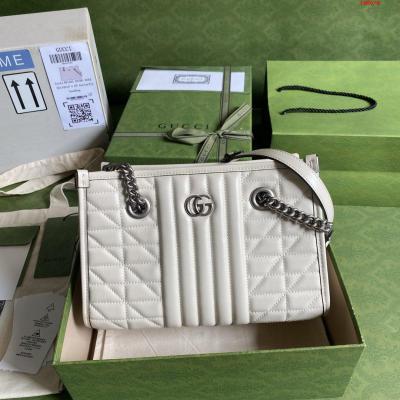 配全套原厂绿色包装 令人欲罢不能的美包你收了吗 GG Marmont系列 优雅精巧的设计可是俘获了不少少女的芳心 同时也是全球达人必备的百搭单品 超级赞 型号 681483 尺寸 26.5*19*11cm 颜色 白色 格子全皮